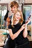 женский мужчина парикмахера Стоковые Изображения