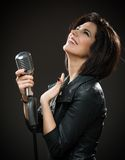 Женский музыкант утеса вручая mic стоковая фотография