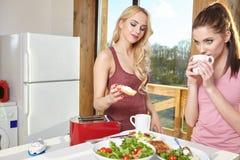 Женский наслаждаясь завтрак 2 дома совместно Стоковые Фото