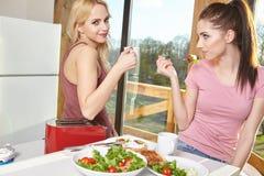 Женский наслаждаясь завтрак 2 дома совместно Стоковое Изображение RF