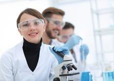 Женский научный работник в лаборатории Стоковые Изображения RF