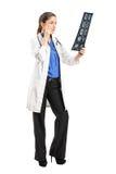 Женский доктор анализируя рентгеновский снимок Стоковое Изображение RF