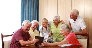 Женский доктор взаимодействуя с пожилыми гражданинами видеоматериал