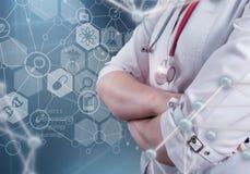 Женский доктор и виртуальный компьютер взаимодействуют в иллюстрации 3D Стоковое фото RF