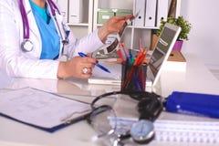 Женский доктор на столе в офисе Стоковое фото RF