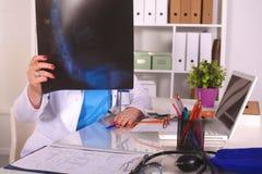 Женский доктор на столе в офисе Стоковое Изображение RF