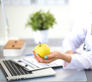 Женский доктор на столе в офисе Стоковое Изображение