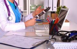 Женский доктор на столе в офисе Стоковая Фотография