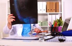 Женский доктор на столе в офисе Стоковые Изображения RF