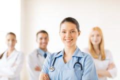 Женский доктор перед медицинской группой стоковая фотография