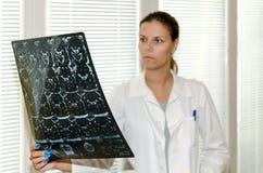 Женский доктор проверяя Г-НА Стоковая Фотография RF