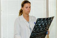 Женский доктор проверяя Г-НА Стоковые Изображения RF