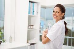 Женский доктор с цифровой таблеткой в медицинском офисе Стоковые Фотографии RF