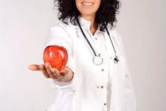 Женский доктор с яблоком Стоковые Фотографии RF