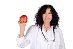 Женский доктор с яблоком Стоковые Изображения