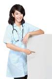 Женский доктор с blankboard Стоковые Изображения RF