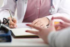 Женский опарник владением руки доктора медицины таблеток стоковые фото