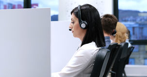 Женский оператор центра телефонного обслуживания делая ее работу Стоковое фото RF