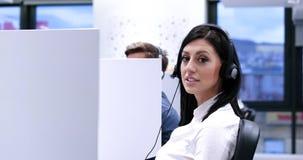 Женский оператор центра телефонного обслуживания делая ее работу Стоковые Фото