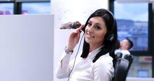 Женский оператор центра телефонного обслуживания делая ее работу Стоковая Фотография