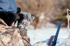 Женский охотник в камуфлировании одевает готовое для того чтобы поохотиться, держащ оружие a стоковые фотографии rf