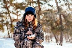 Женский охотник подготавливая еду с портативной газовой горелкой в выигрыше Стоковое Фото