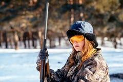 Женский охотник подготавливая еду с портативной газовой горелкой в выигрыше Стоковые Изображения RF