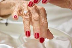 Женский палец показывая на диаманте стоковая фотография
