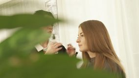 Женский парикмахер делая женский стиль причёсок после парикмахерских услуг в студии красоты Закройте вверх по haircutter работая  акции видеоматериалы