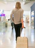 Женский пассажир с сумкой перемещения стоковая фотография rf