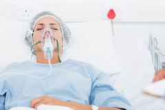 Женский пациент получая искусственную вентиляцию стоковые фотографии rf
