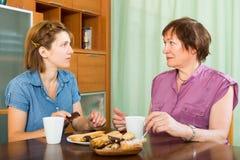 Женский пенсионер ча-выпивая с ее дочерью Стоковая Фотография