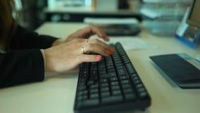 женский печатать на машинке рук видеоматериал