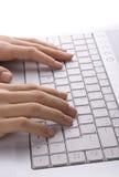 женский печатать на машинке рук Стоковая Фотография