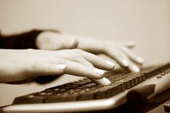 женский печатать на машинке рук стоковое изображение