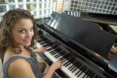 женский пианист оглушая Стоковое Изображение