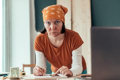 Женский плотник делая финансовое вычисление стоковая фотография rf