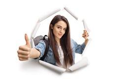Женский подростковый студент выходить бумага Стоковое Изображение
