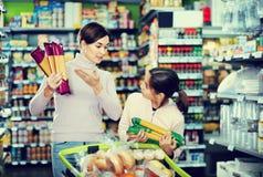 Женский покупатель при дочь-подросток ища для макаронных изделий Стоковые Фотографии RF