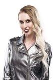 Женский портрет в серебристое металлическом к куртке изолированной на белой предпосылке Стоковое фото RF
