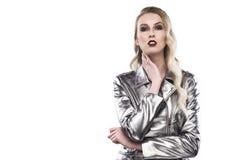 Женский портрет в серебристое металлическом к куртке изолированной на a Стоковые Изображения