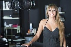 Женский портрет парикмахера смотря доверие стоковые изображения rf