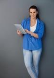 Женский портрет с компьютером сенсорного экрана стоковое фото rf