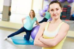 Женский портрет тренера для беременной женщины делая тренировку шарика фитнеса Стоковая Фотография RF