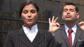 Женский политик говоря с переводчиком языка жестов акции видеоматериалы