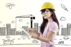 Женский подрядчик используя цифровую таблетку стоковые изображения