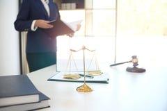 Женский правовой советник юриста представляет к клиенту подписанный cont Стоковое Фото