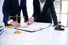 Женский правовой советник юриста представляет к клиенту подписанный cont Стоковая Фотография RF