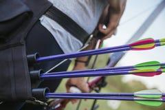 Женский практикуя Archery на растояние стоковое изображение rf