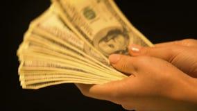 Женский предлагая пук долларов, обмен валюты, противозаконная коммерческая сделка акции видеоматериалы
